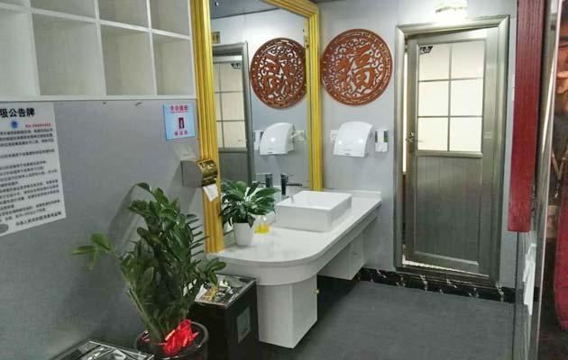 toilette sur le bateau de trois étoiles
